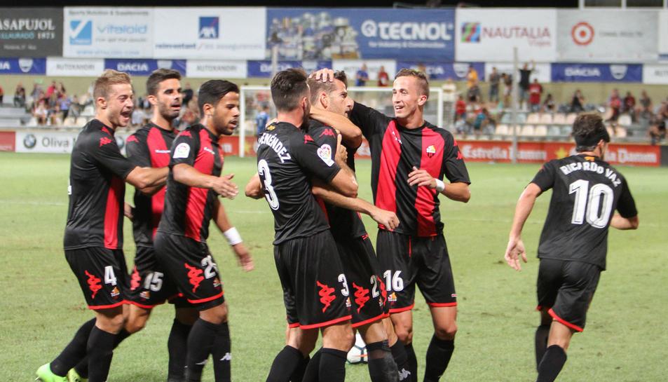 Imatge dels jugadors del Reus Deportiu celebrant la victòria contra el