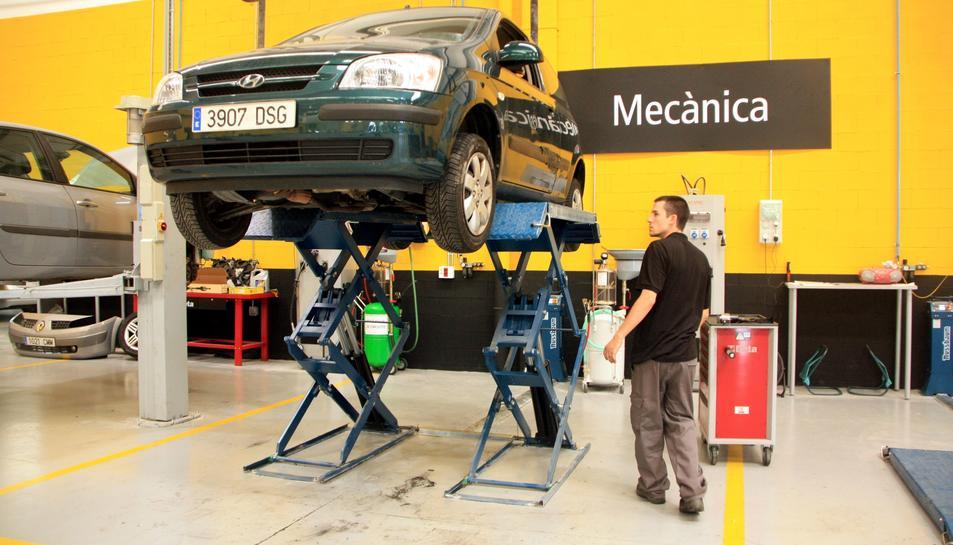 Una imatge d'arxiu d'un vehicle que està sent tractat a un taller.