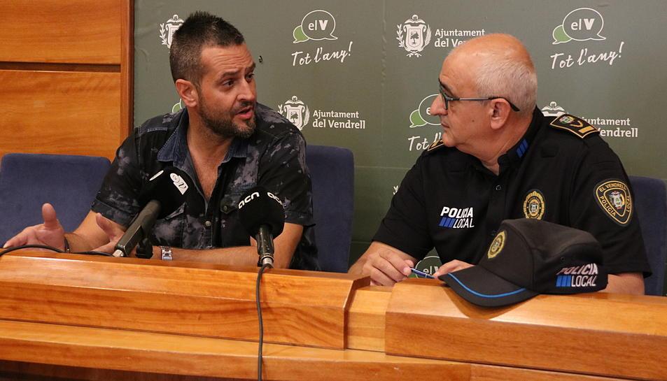 Pla mig del regidor de Governació del Vendrell, Rafel Gosálvez, i el cap de la Policia Local, Jordi Altarriba, en roda de premsa, el 13 de setembre de 2017 (horitzontal)