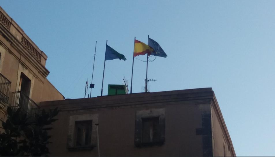 Imatge de la façana de l'Ajuntament del Vendrell amb la senyera absent.