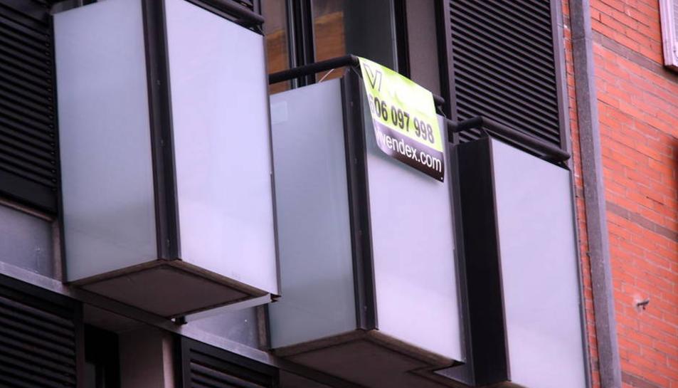 Imatge d'arxiu d'un edifici amb pisos en venda.