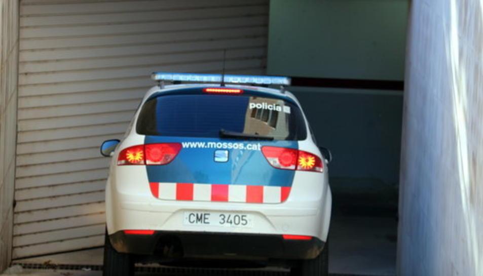 Un cotxe dels Mossos d'Esquadra traslladant al sacerdot entrant al pàrquing de l'edifici judicial d'Amposta, aquest 13 de setembre de 2017.