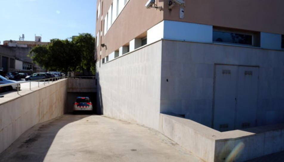 Pla obert de l'edifici judicial d'Amposta on un cotxe patrulla dels Mossos entra amb el sacerdot acusat d'abusar de menors.