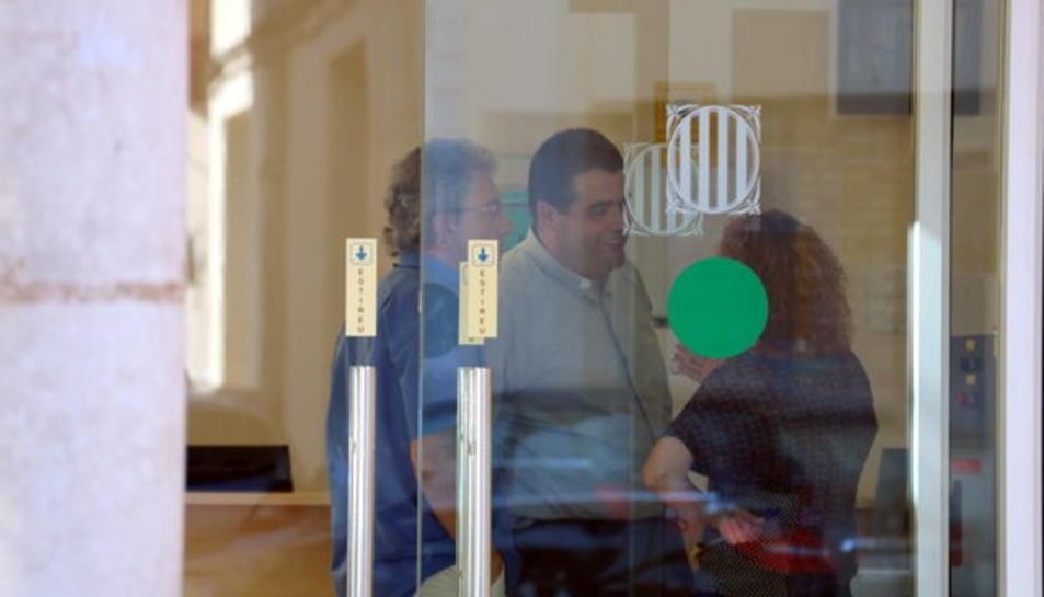 Dos sacerdots de la diòcesi de Tortosa a la porta dels jutjats d'Amposta per donar suport al company encausat.