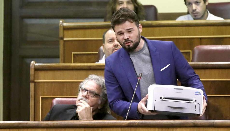El portaveu adjunt d?ERc al Congrés, Gabrien Rufián, amb una impressora.