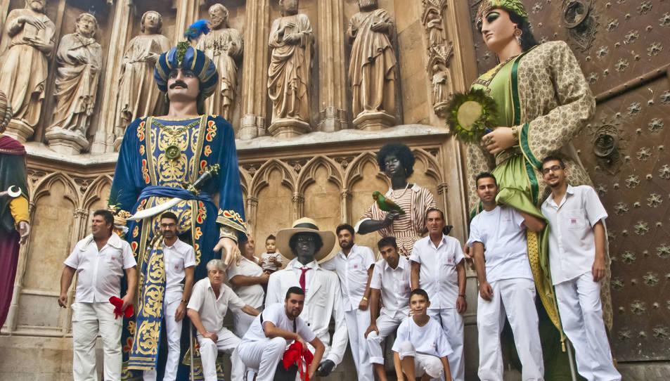 Una de les fotografies de la mostra, on apareix el grup de portadors de gegants.