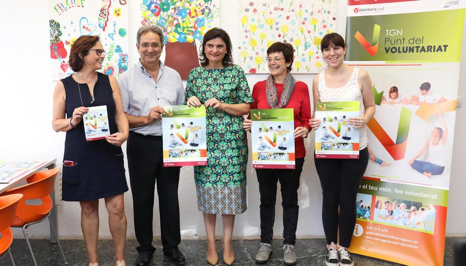 Elisa Vedrina i representants de la Federació Catalana de Voluntariat, durant la presentació.