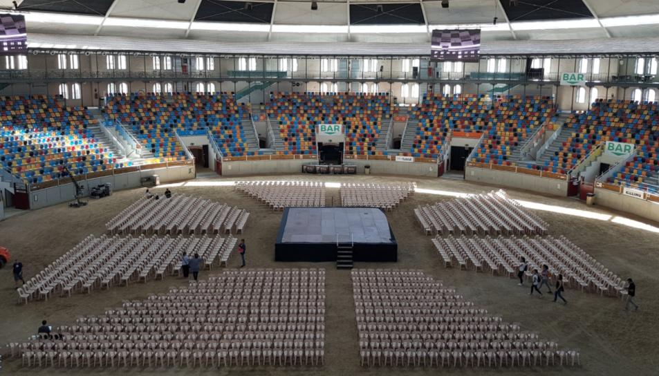 L'interior de la Tàrraco Arena Plaça preparat per acollir l'acte, que comptarà amb la presència, entre d'altres, de Puigdemont i Junqueras.