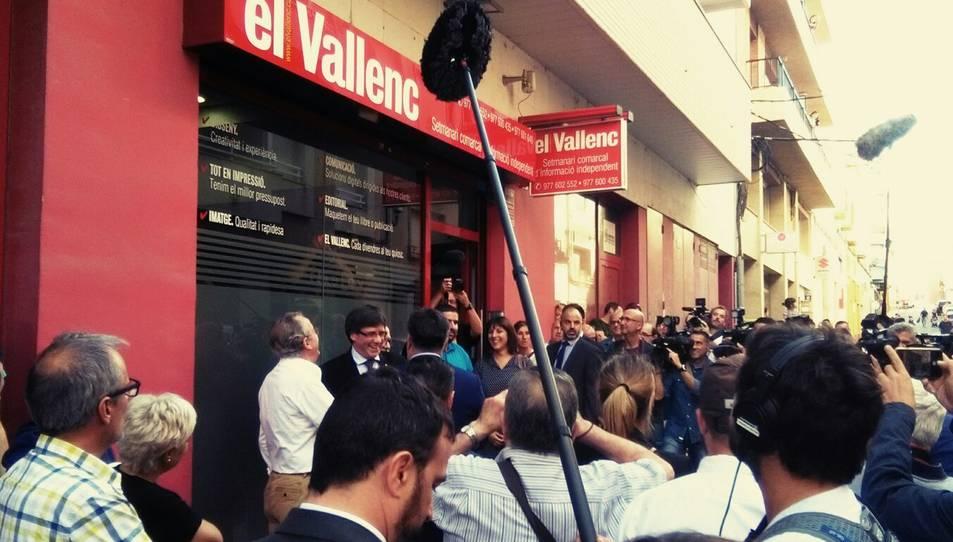 Puigdemont davant la seu del setmanari El Vallenc.