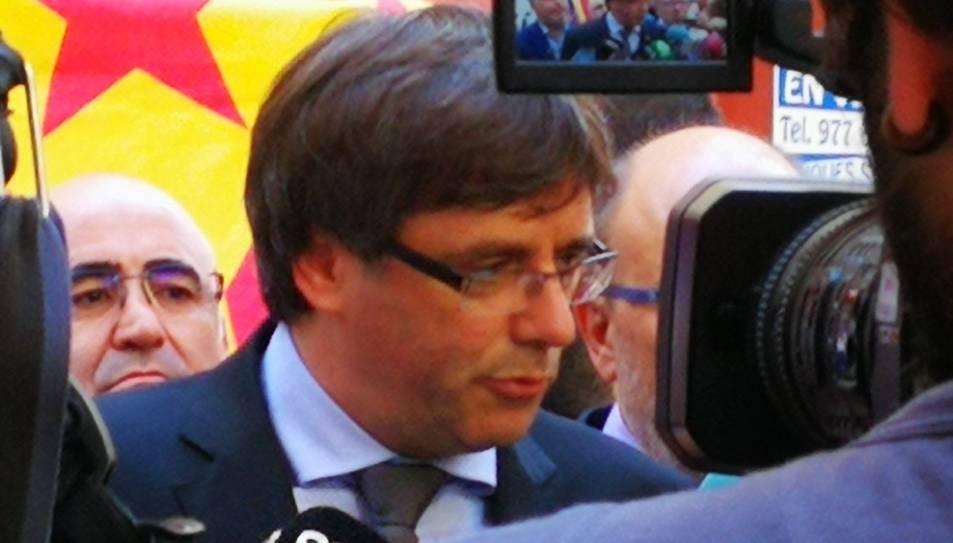 Puigdemont atenent els mitjans de comunicació davant de la seu d'El Vallenc.