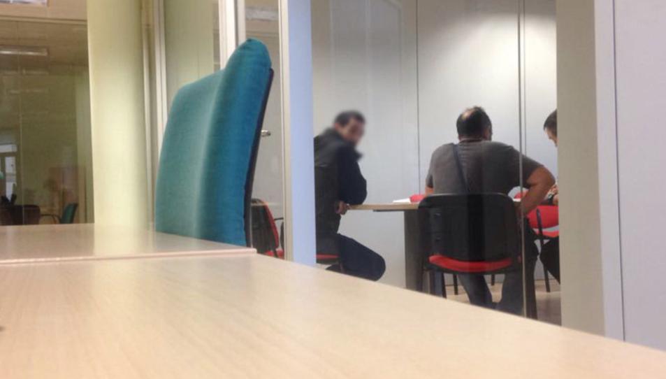 Els agents a la redacció de Barcelona del Punt Avui en una fotografia que ha publicat el propi mitjà.