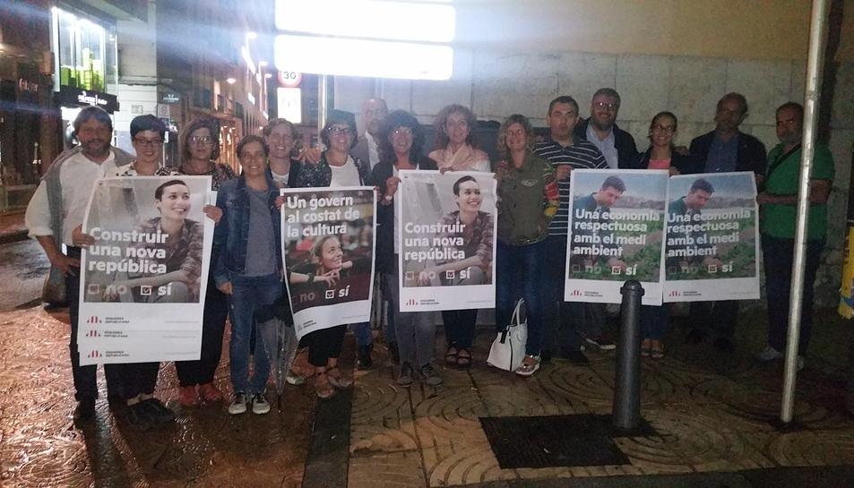 ERC de Reus, en l'acte d'enganxada dels primers cartells pel referèndum.