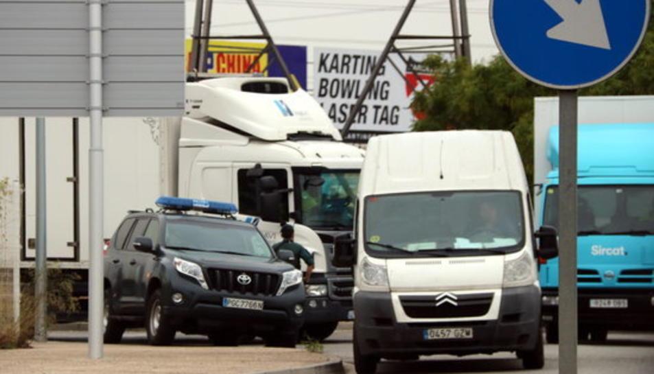 Imatge d'una patrulla de la Guàrdia Civil inspeccionant una furgoneta al polígon industrial del Pla de Sant Feliu de Llobregat aquest 15 de setembre de 2017.