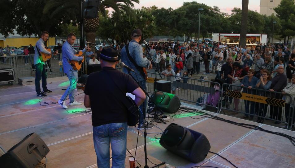 Pla obert dels Arrels de Gràcia, davant de tot el públic, tocant al primer festival de Rumba Catalana de Reus. Imatge del 16/09/2017