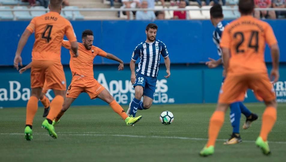 Menéndez intenta tallar la progessió d'un jugador del Lorca.