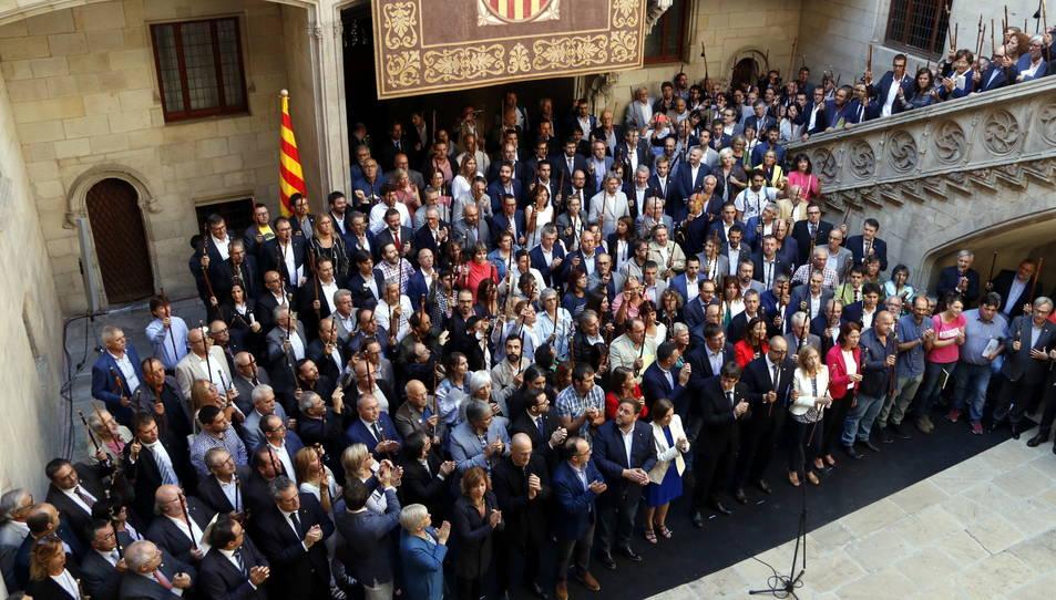 Els alcaldes concentrats a Barcelona alcen les vares.