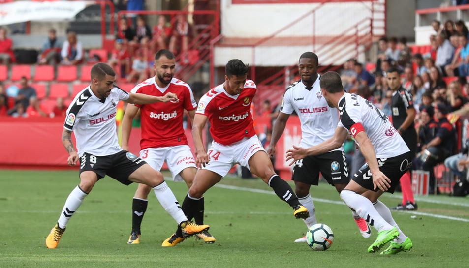 Maikel Mesa intenta marxar de tres jugadors de l'Albacete al mateix temps durant el partit de diumenge al Nou Estadi.