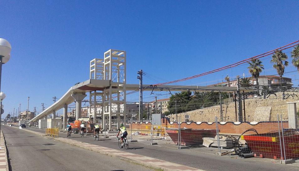 El nou tram ja supera per damunt el traçat del ferrocarril.