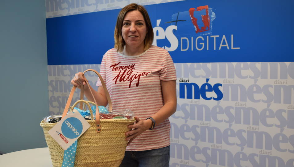 Carolina Bianca amb la cistella a la redacció de Diari Més.