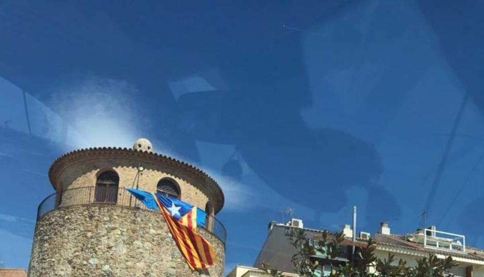 Imatge de l'estelada penjada en un edifici públic que la regidora Ana López va compartir a Facebook.