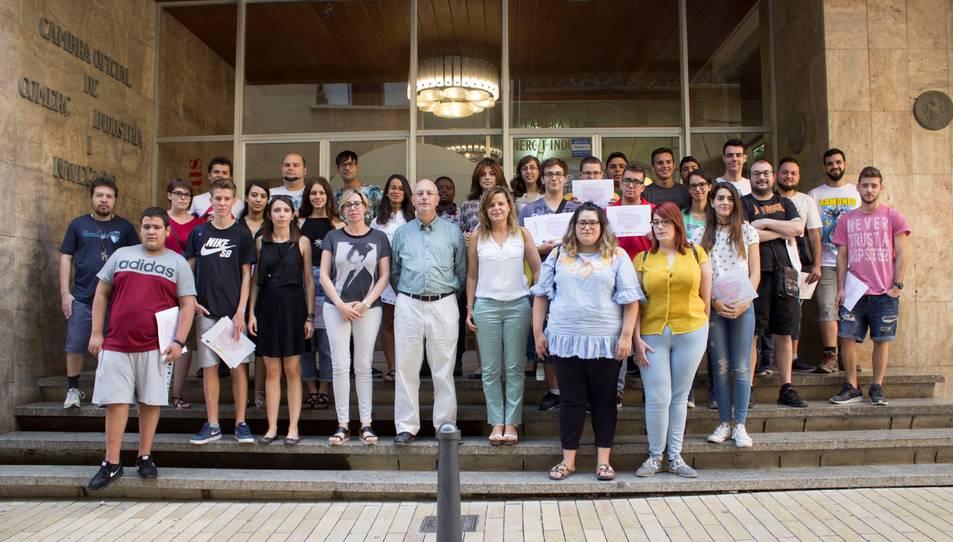Fotografia de família del centenar d'alumnes que han rebut el diploma.