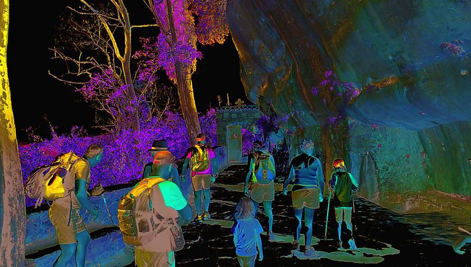 Turistes camí de l'Ermita de l'Abellera.