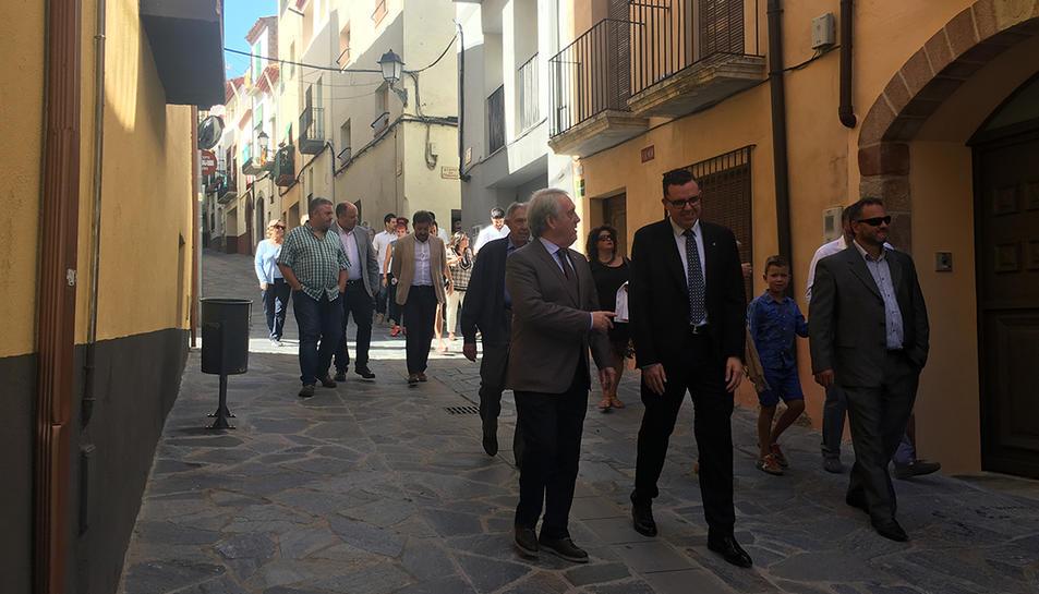 Imatge de la inauguració de les millores realitzades al carrer del Dilluns, en què hi van assistir polítics i veïns.
