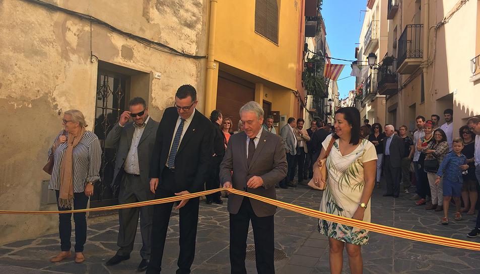 Imatge de la inauguració de les millores realitzades al carrer del Dilluns.