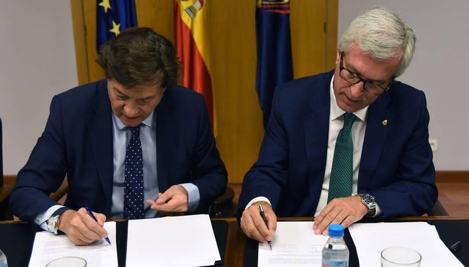 El moment de la firma del conveni amb José Ramón Lete, president del Consejo Superior de Deportes, i l'alcalde de Tarragona, Josep F. Ballesteros.