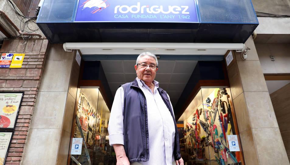 Jose Antonio davant l'aparador de la seva botiga, al carrer Canyelles de Tarragona.