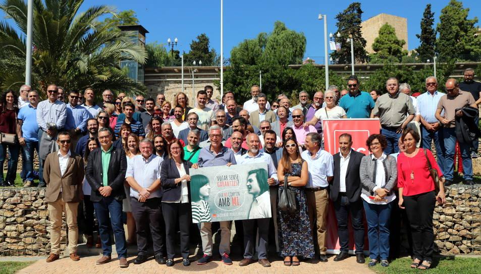 Pla general dels alcaldes, regidors i càrrecs electes del PSC del Camp de Tarragona fent-se una fotografia de família al parc de l'Amfiteatre de Tarragona.