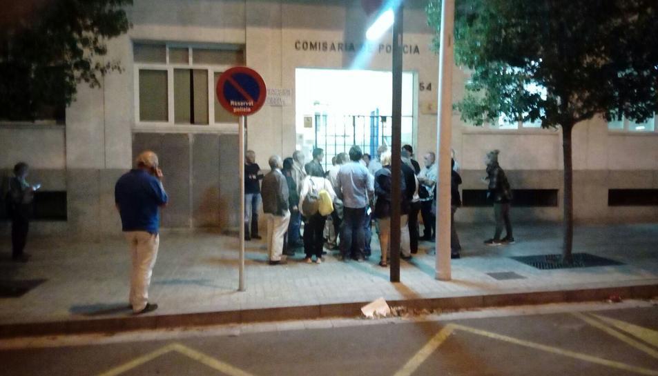 Membres i simpatitzants de l'ANC concentrant-se davant les dependències de la Policía Nacional a Reus.