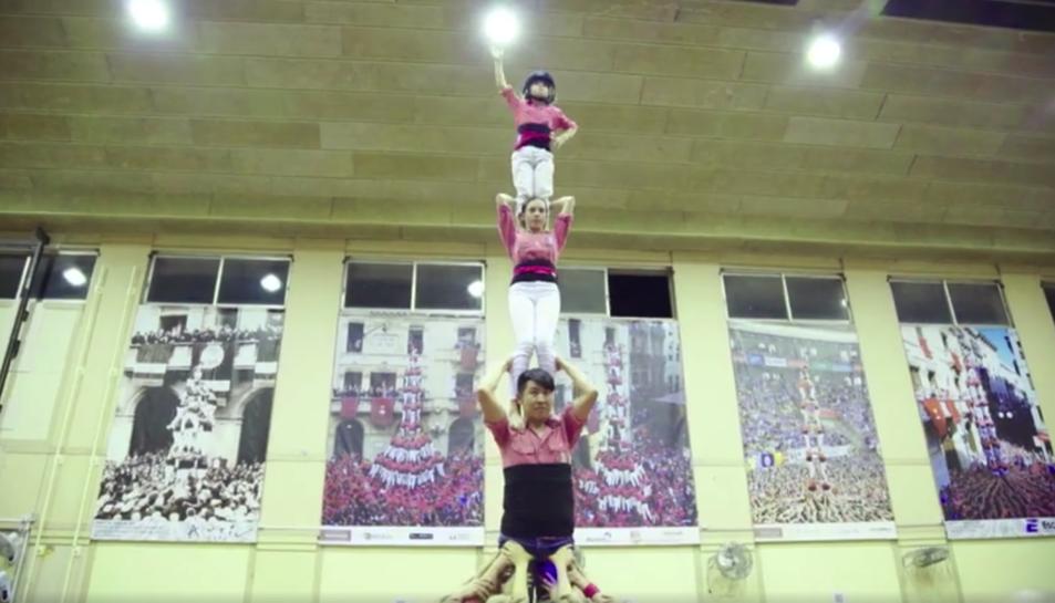 Instant del vídeo promocional d'Air China en el qual hi apareix la Colla Vella dels Xiquets de Valls.