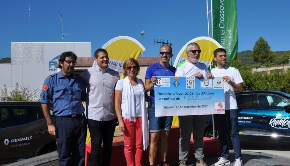 Els diners recaptats, un total de 3.500 euros, van ser entregats mitjançant un xec a Càritas d'Alcover.