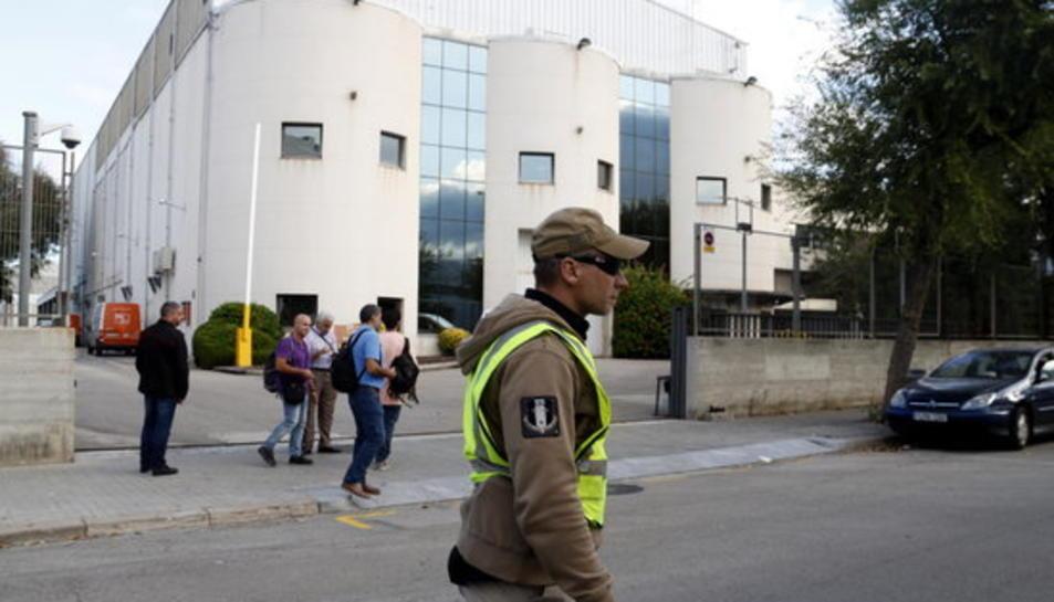 Agents de paisà de la Guàrdia Civil davant la seu d'Unipost a l'Hositalet de Llobregat, el 19 de setembre del 2017.