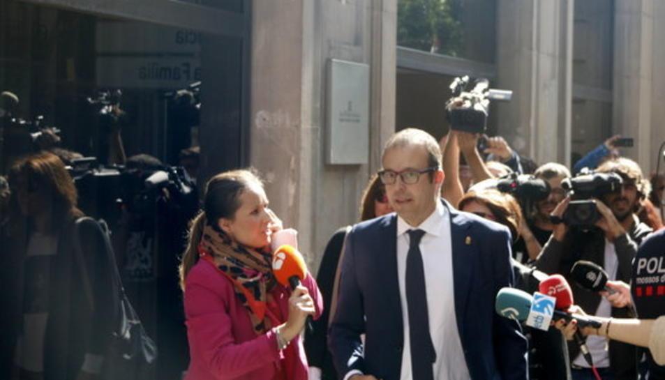L'alcalde de Mollerussa, Manel Solsona, entrant a la seu de la Fiscalia Superior de Catalunya per declarar per la seva col·laboració amb l'1-O, envoltat de periodistes.
