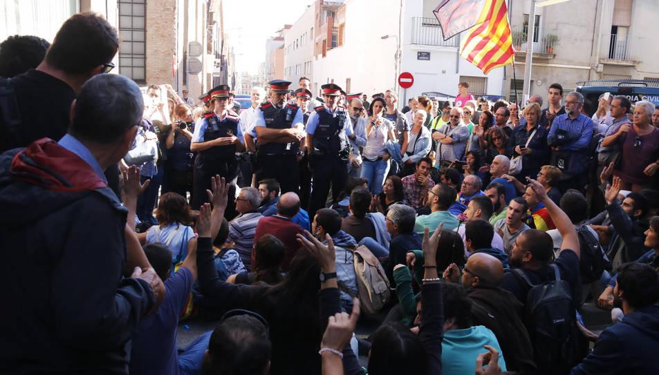 Mig centenar de manifestants bloquejant el pas a la comitiva judicial a la seu d'Unipost a Terrassa el passat dimecres.