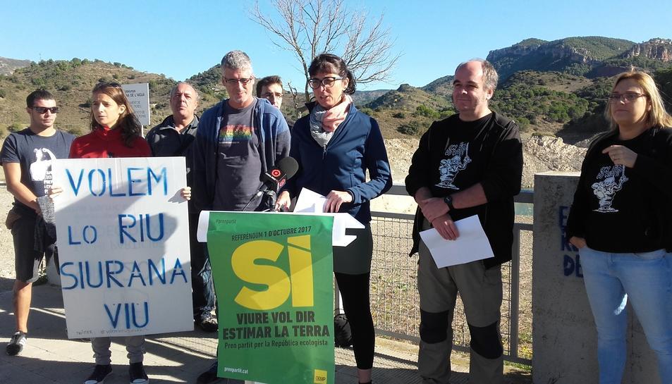 Imatge de la roda de premsa realitzada per la plataforma Siurana Viu i la CUP.