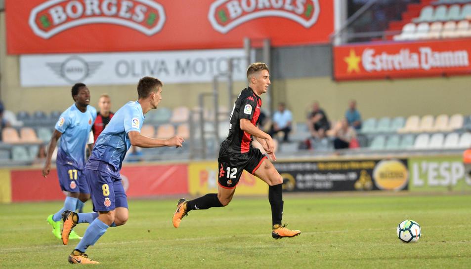 El lateral Joan Campins condueix la pilota en el partit de presentació dels roig-i-negres contra el Girona.