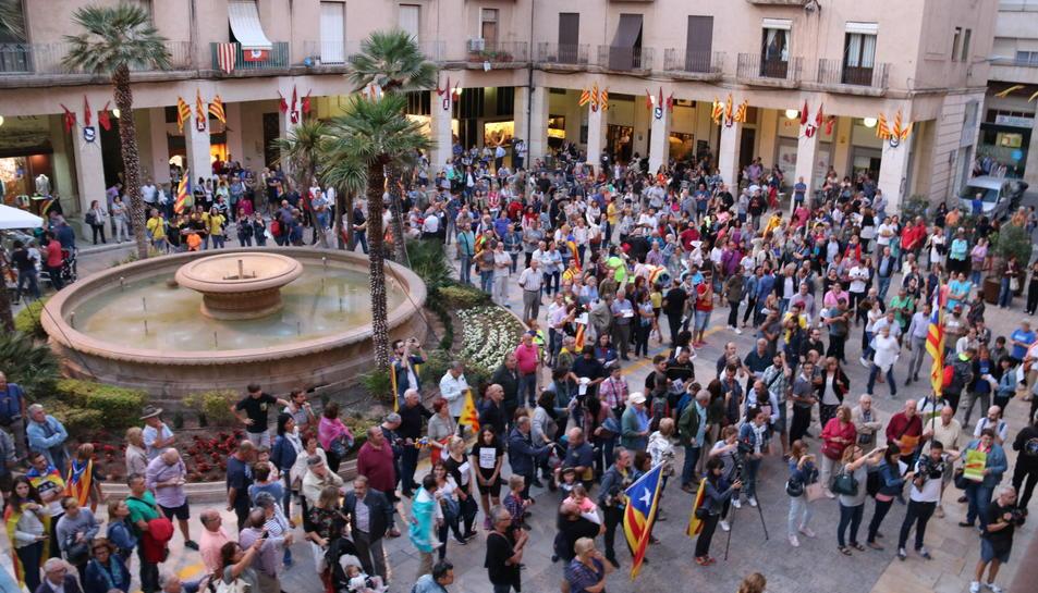 Pla general de la concentració a la plaça de l'Ajuntament de Tortosa que ha aplegat centenars de persones, aquest 20 de setembre de 2017