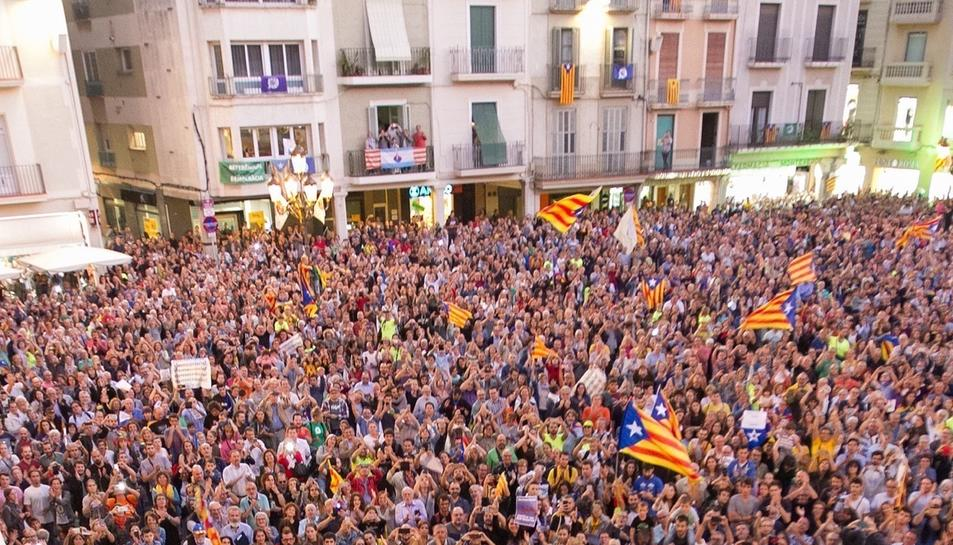 Concentració per la democracia davant l'Ajuntament de Reus.