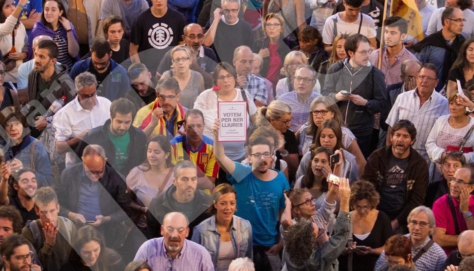 Concentració per la democracia davant l'Ajuntament de Reus (I)