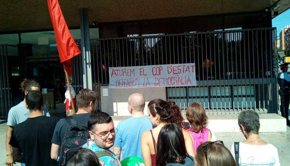 Els manifestants han penjat una carta a l'edifici en què s'hi pot llegir «Aturem el cop d'Estat i
