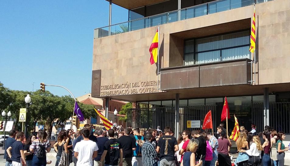 Imatge de la concentració davant la subdelegació del Govern a Tarragona.