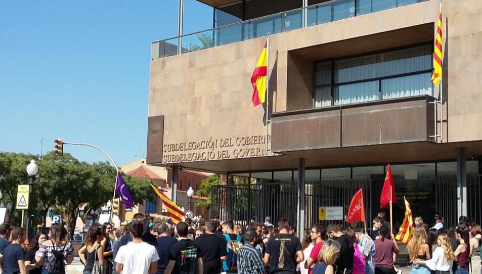 Fotografia de la concentració que s'ha fet aquest matí davant de la subdelegació del Govern a Tarragona.