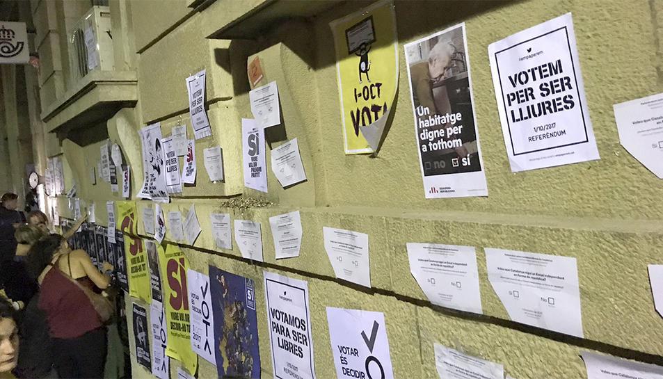 Els manifestants van omplir de cartells la façana de l'edifici de Correus.