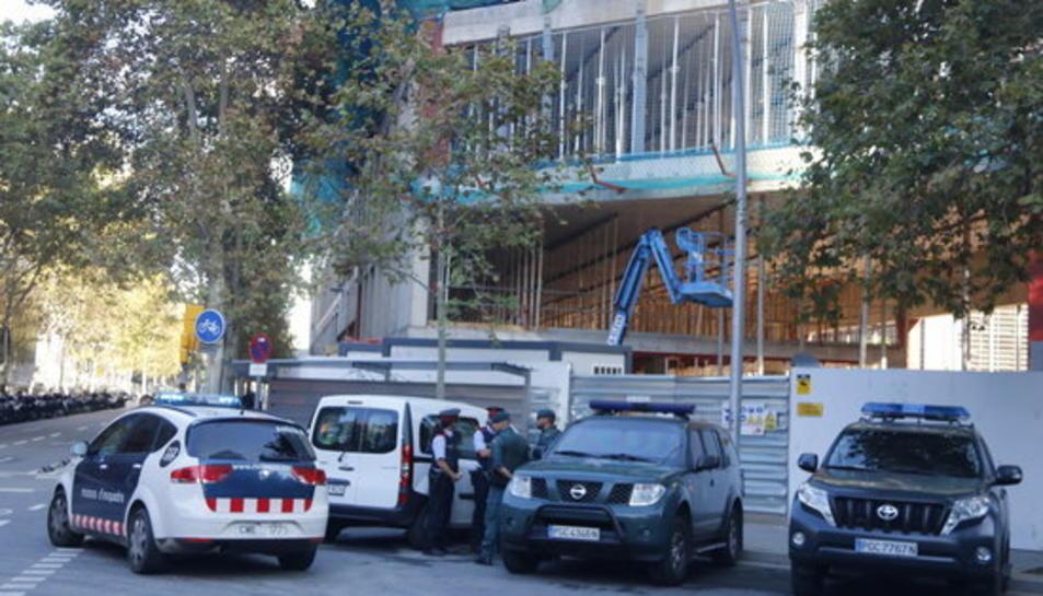 Dos vehicles de la Guàrdia Civil estacionats a l'altre costat de carrer del Consorci Administració Oberta de Catalunya.