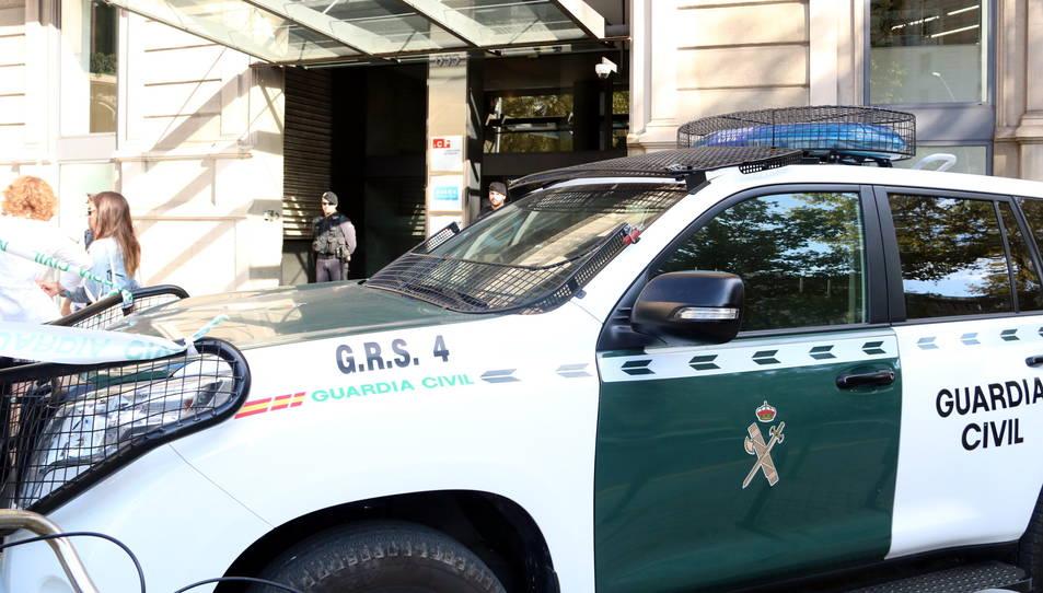 Imatge general amb els cotxes i els agents de la guàrdia civil a les portes de la seu de l'ICF, a Barcelona.