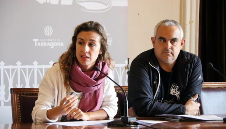 Pla mig dels regidors de la CUP de Tarragona, Laia Estrada i Jordi Martí, en roda de premsa a la sala d'actes de l'Ajuntament el 20 de setembre del 2017.