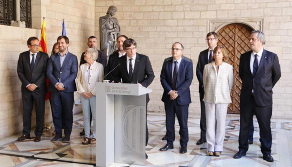 El president del Govern, Carles Puigdemont, durant la declaració institucional a la Galeria Gòtica del Palau de la Generalitat, després de la reunió extraordinària del Consell Executiu, acompanyat dels consellers, el 20 de setembre de 2017.